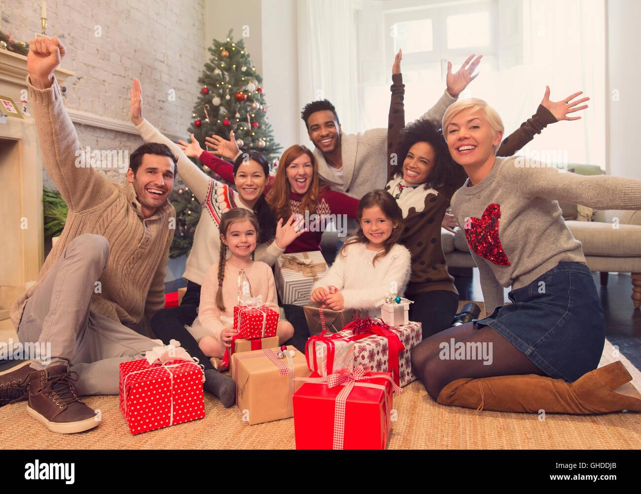 Porträt begeisterte Familie und Freunde mit Weihnachtsgeschenke im Wohnzimmer Stockfoto