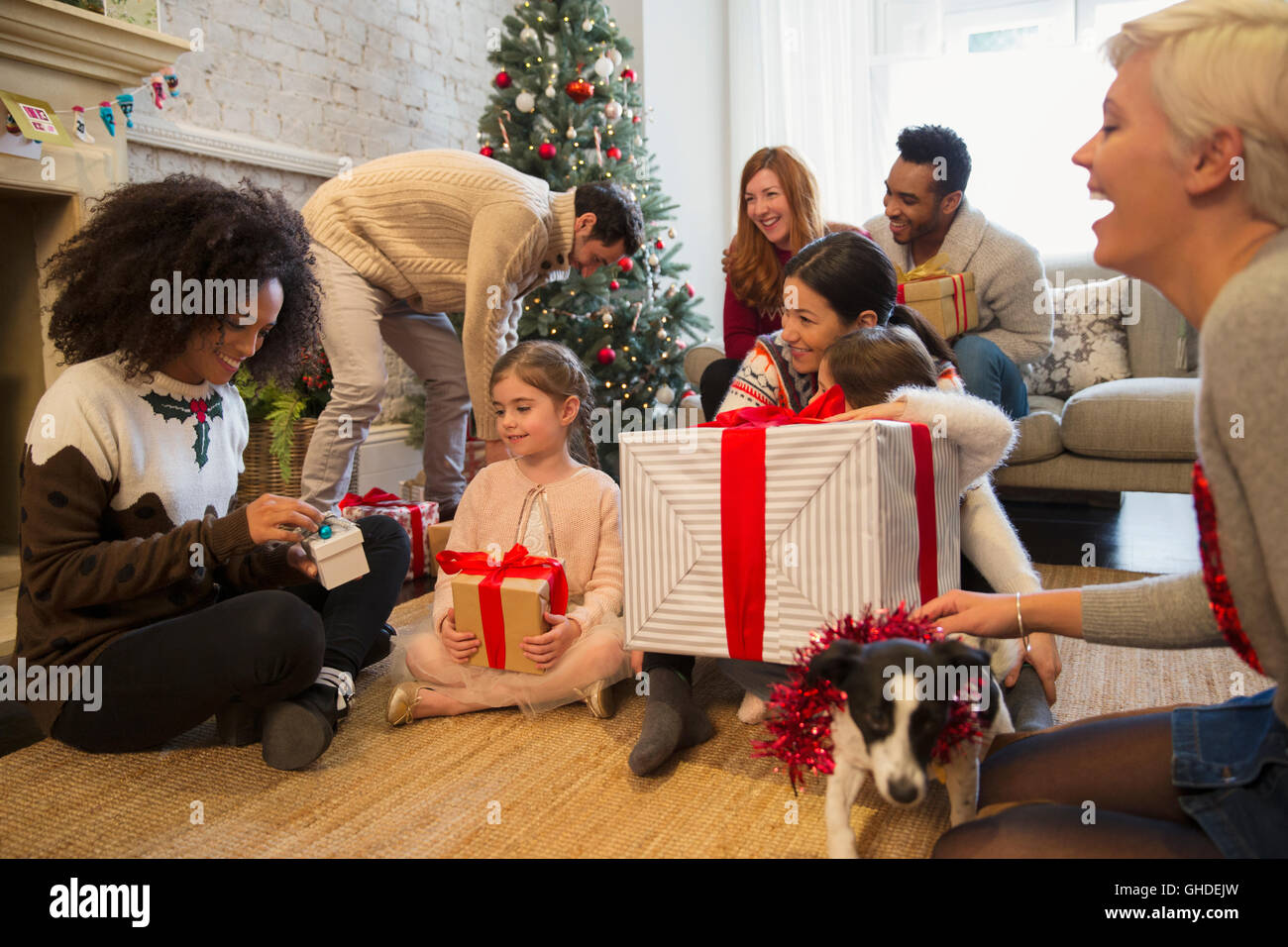 Freunde und Familie Weihnachtsgeschenke im Wohnzimmer öffnen ...