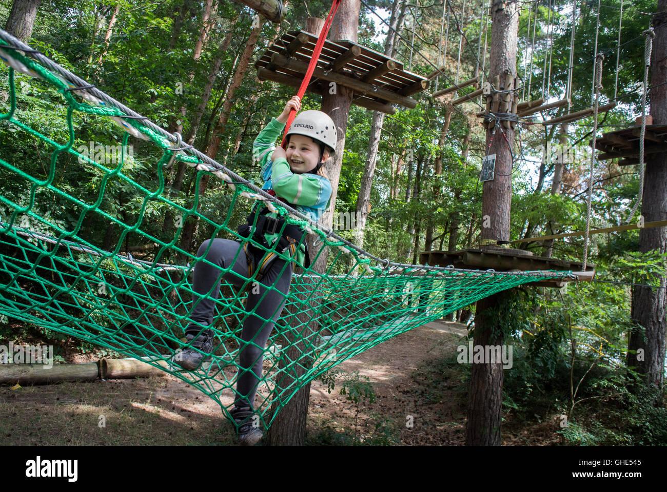 Junges Mädchen eine Treetop Adventure Park in Deutschland. Stockbild