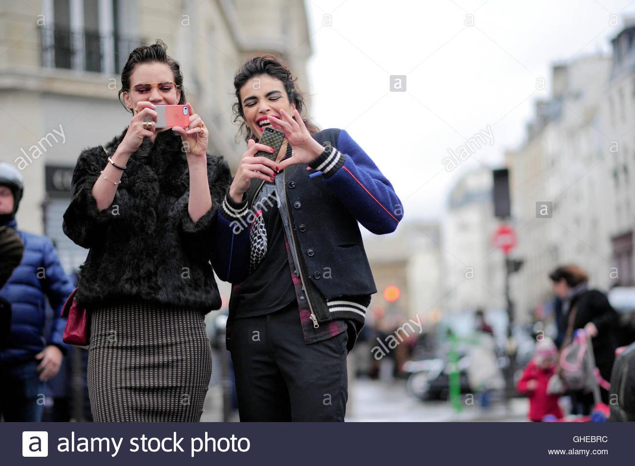 Frauen, die Fotos mit ihren Handys auf Rue St. Martin während der Paris Fashion Week. Stockbild