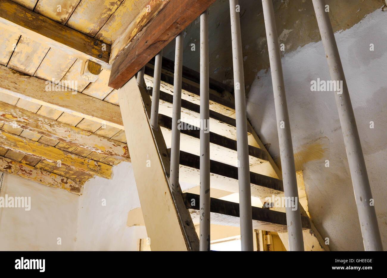 Bekannt Alte rustikale Holzdecke mit steile Treppe in den historischen GE98