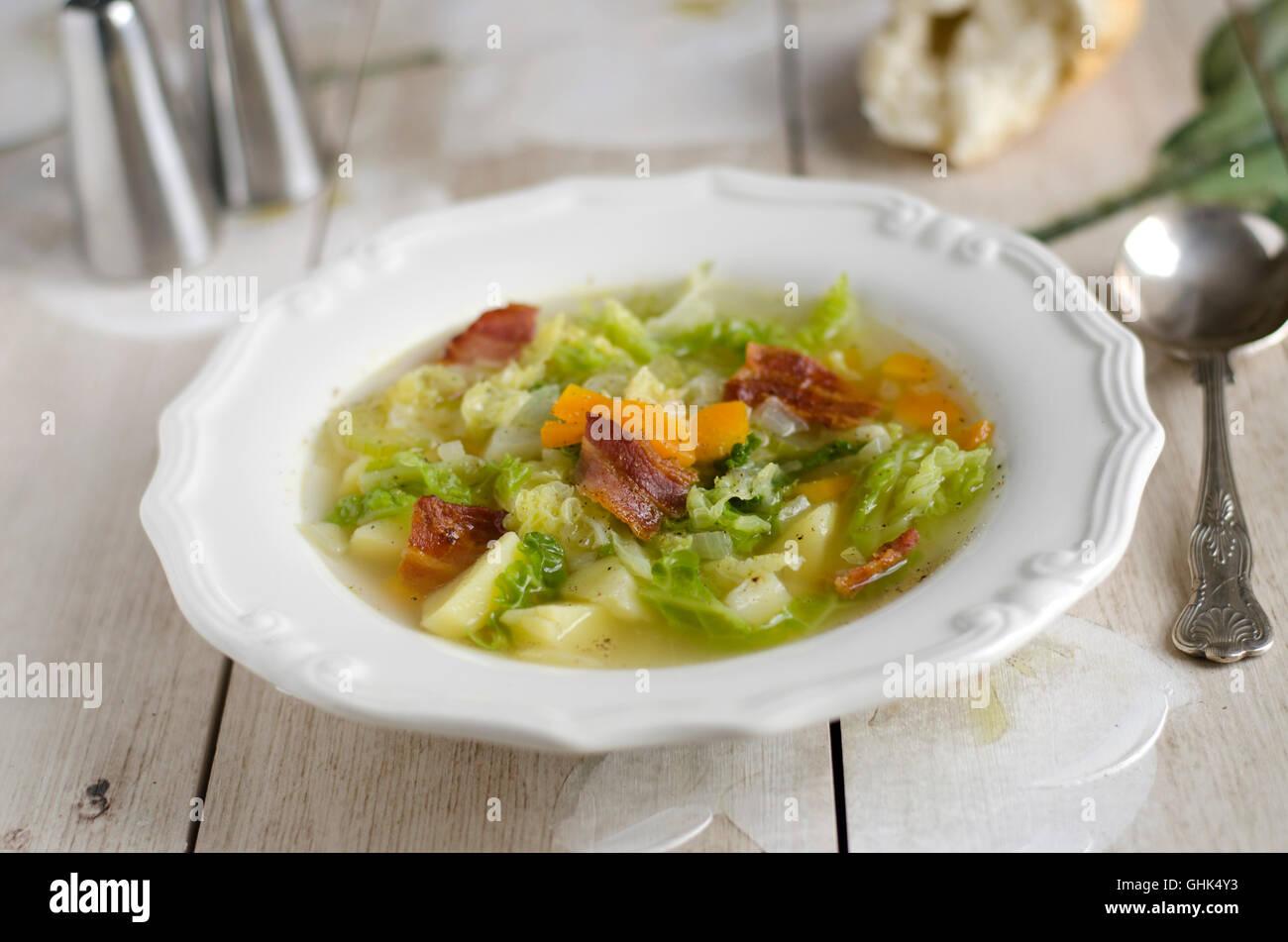 Kartoffel-Savoy Kohl-Suppe mit Speck Stockbild