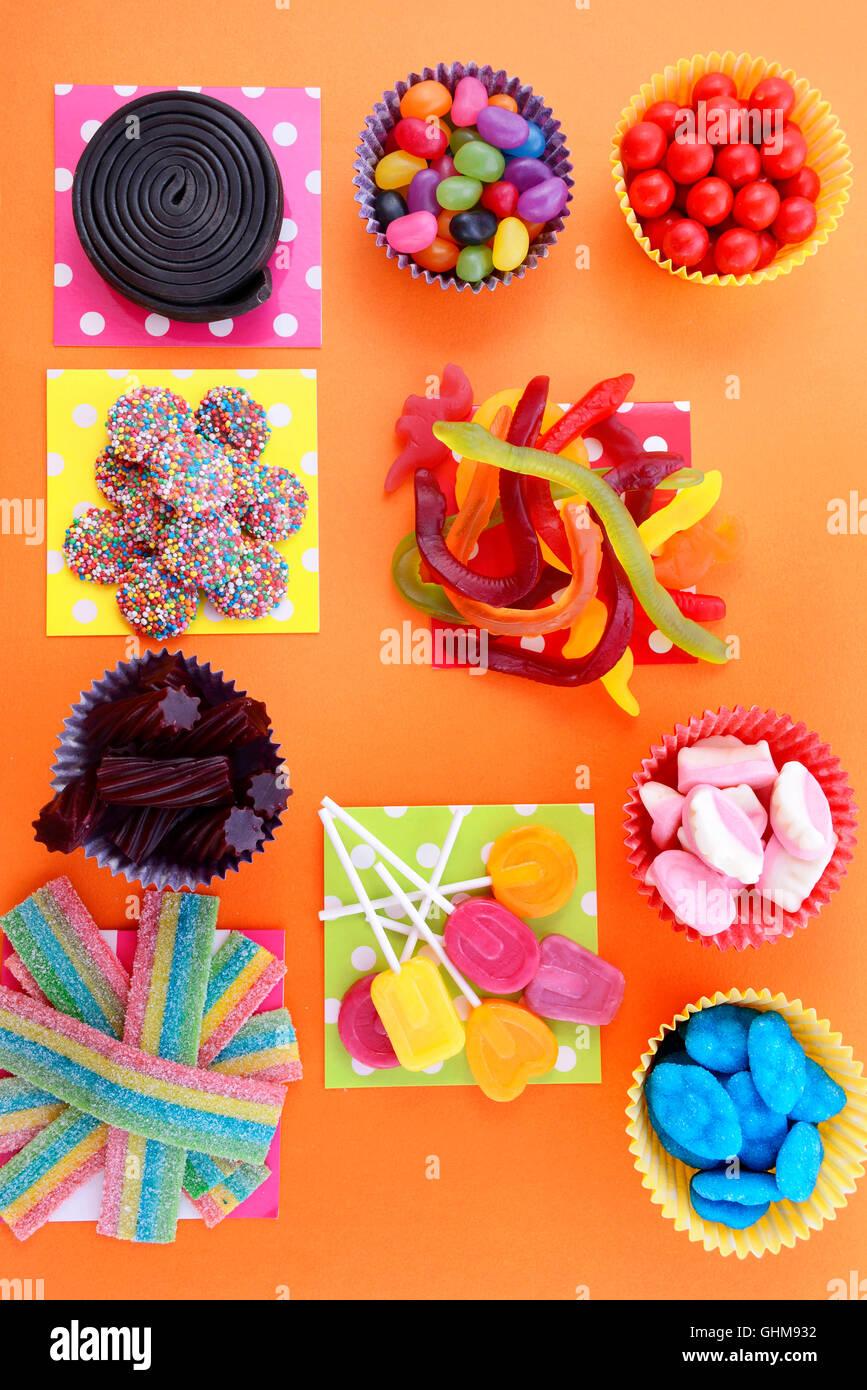 Halloween oder Kinder Geburtstag Süßigkeiten begünstigt über Kopf ...