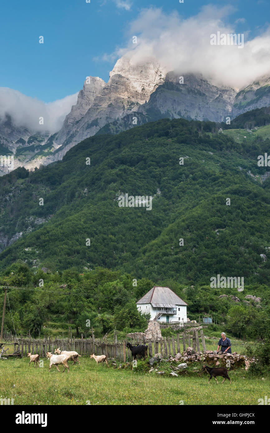 Blick über das Dorf Theth mit den albanischen Alpen im Hintergrund, Nordalbanien. Stockfoto