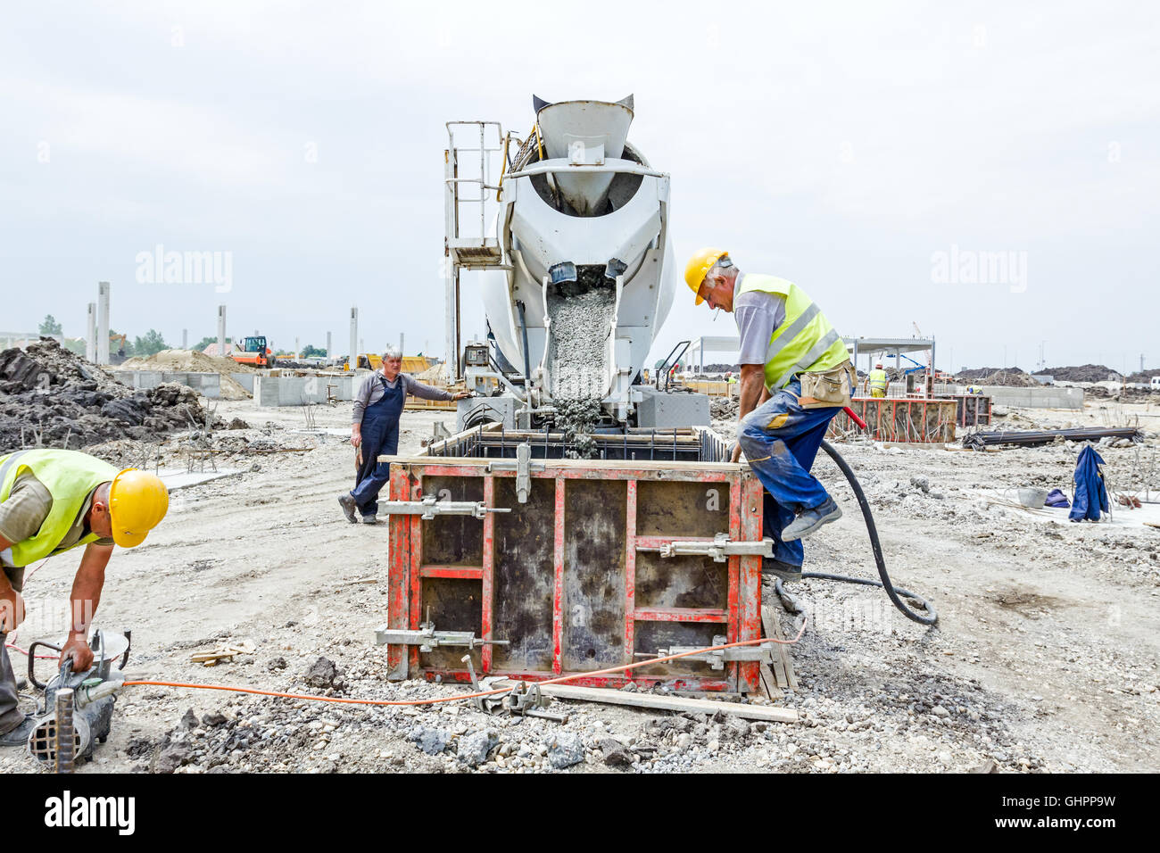 cement mixer pouring stockfotos cement mixer pouring bilder seite 2 alamy. Black Bedroom Furniture Sets. Home Design Ideas