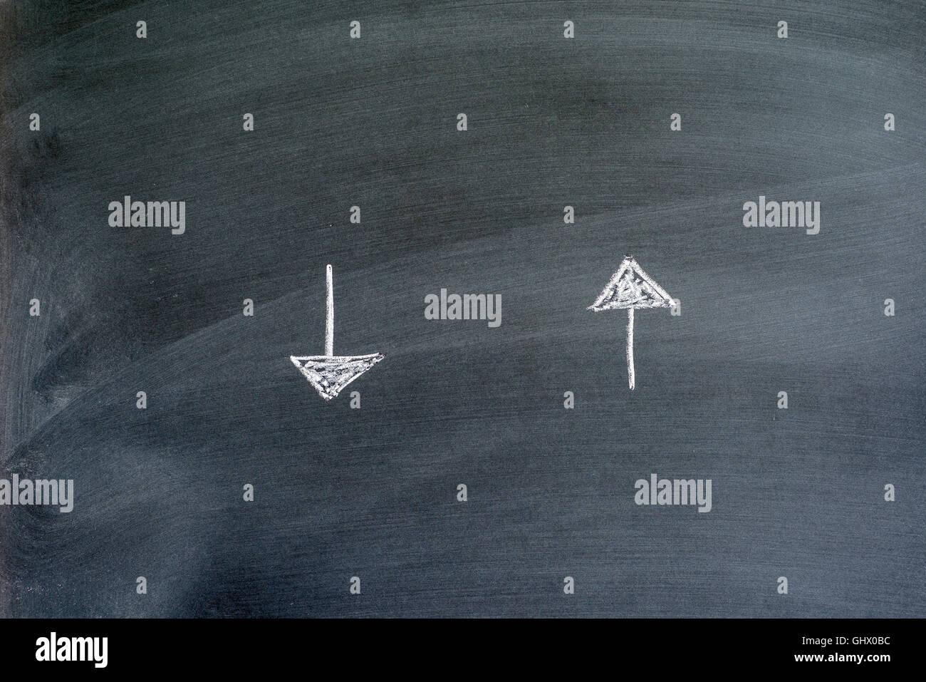 Richtungspfeile auf einer Tafel geschrieben Stockbild