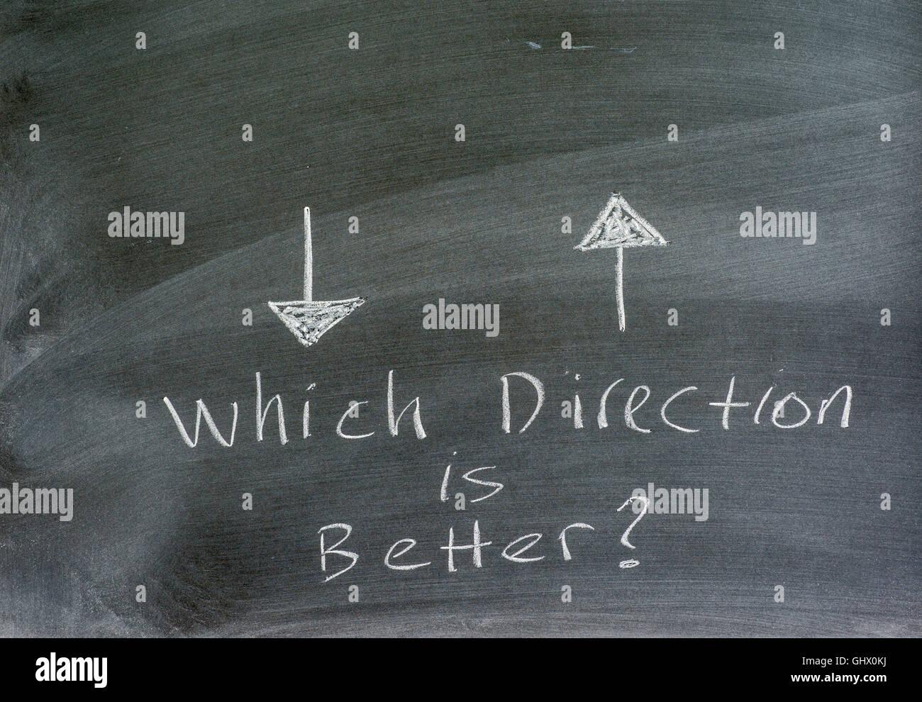 Richtungspfeile auf einer Kreidetafel, konzeptionelle, schriftliche Anfrage. Stockbild