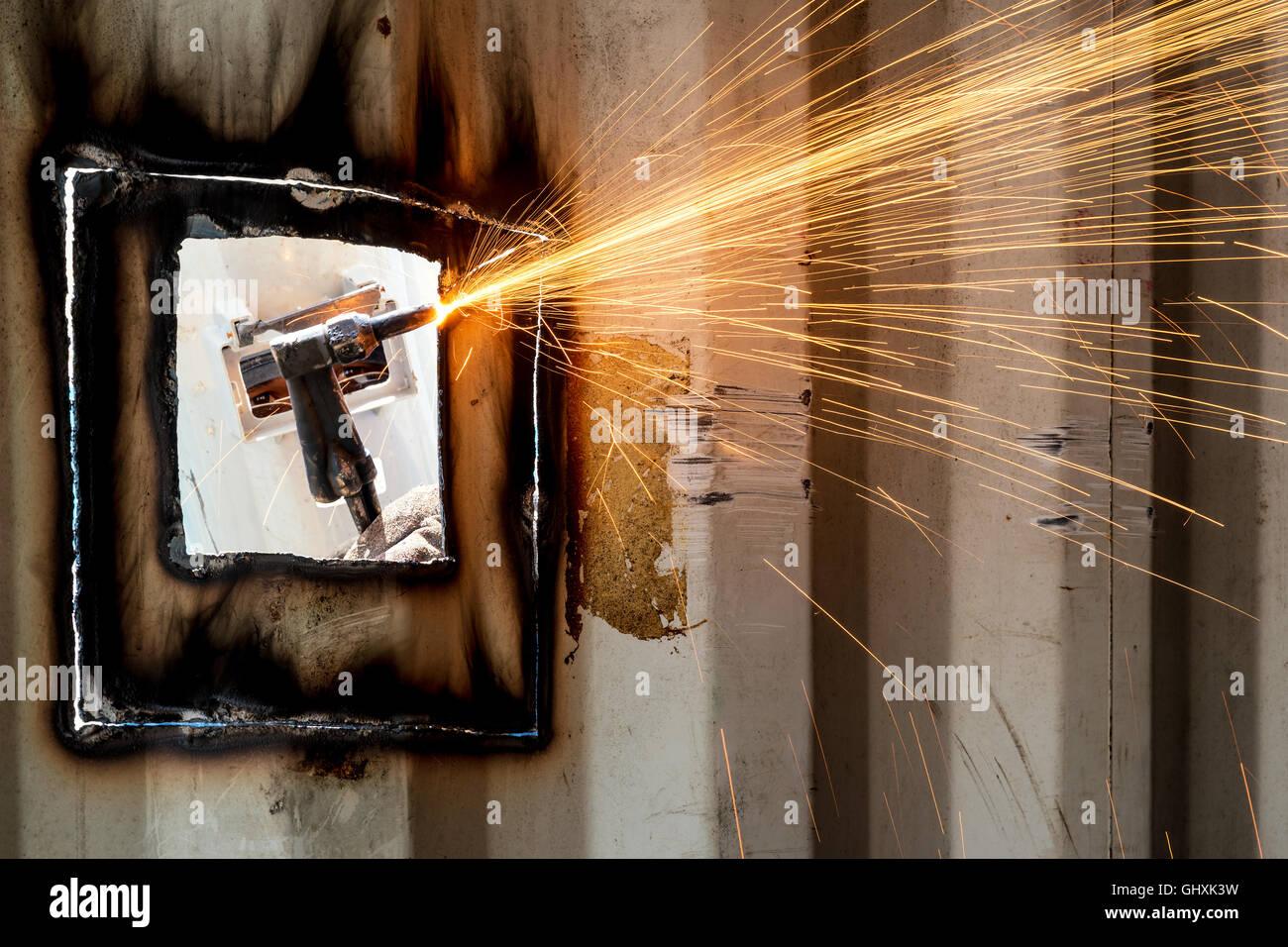 Workshop in der Fabrik Industrie Herstellung Industrie Arbeiter mit Schweißen Stahl Reparatur Container Strukturen. Stockbild