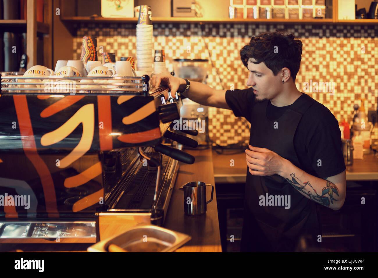 Barista bei der Arbeit in einem Coffee-shop Stockbild