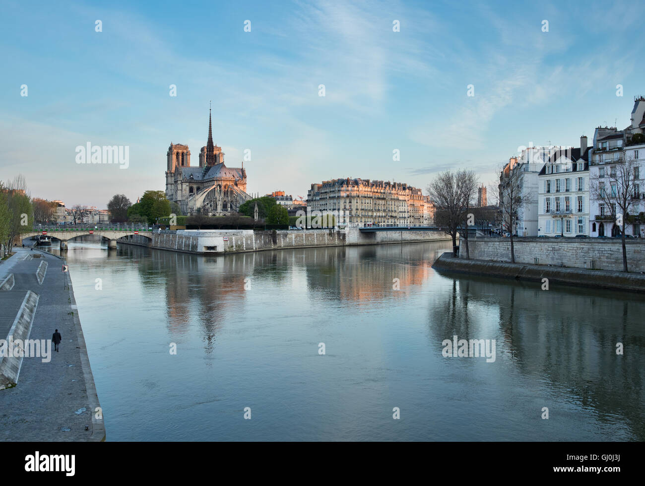 Dämmerung an der Cathedrale Notre-Dame und der Ile De La Cite bilden die Pont De La Tournelle über den Stockbild