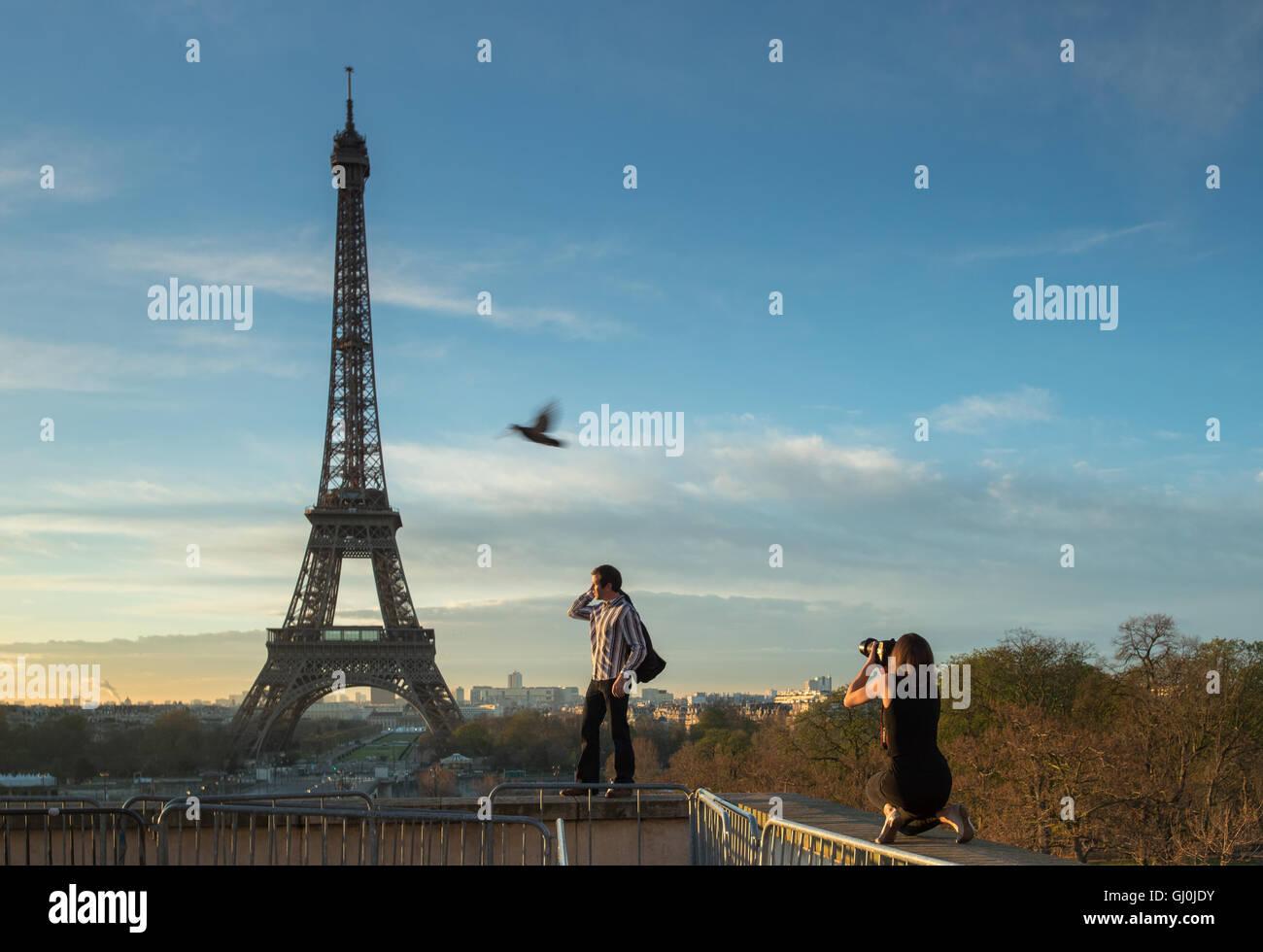 Modefotografie und Vogel auf das Palais de Chaillot mit dem Eiffelturm als Kulisse, Paris, Frankreich Stockbild