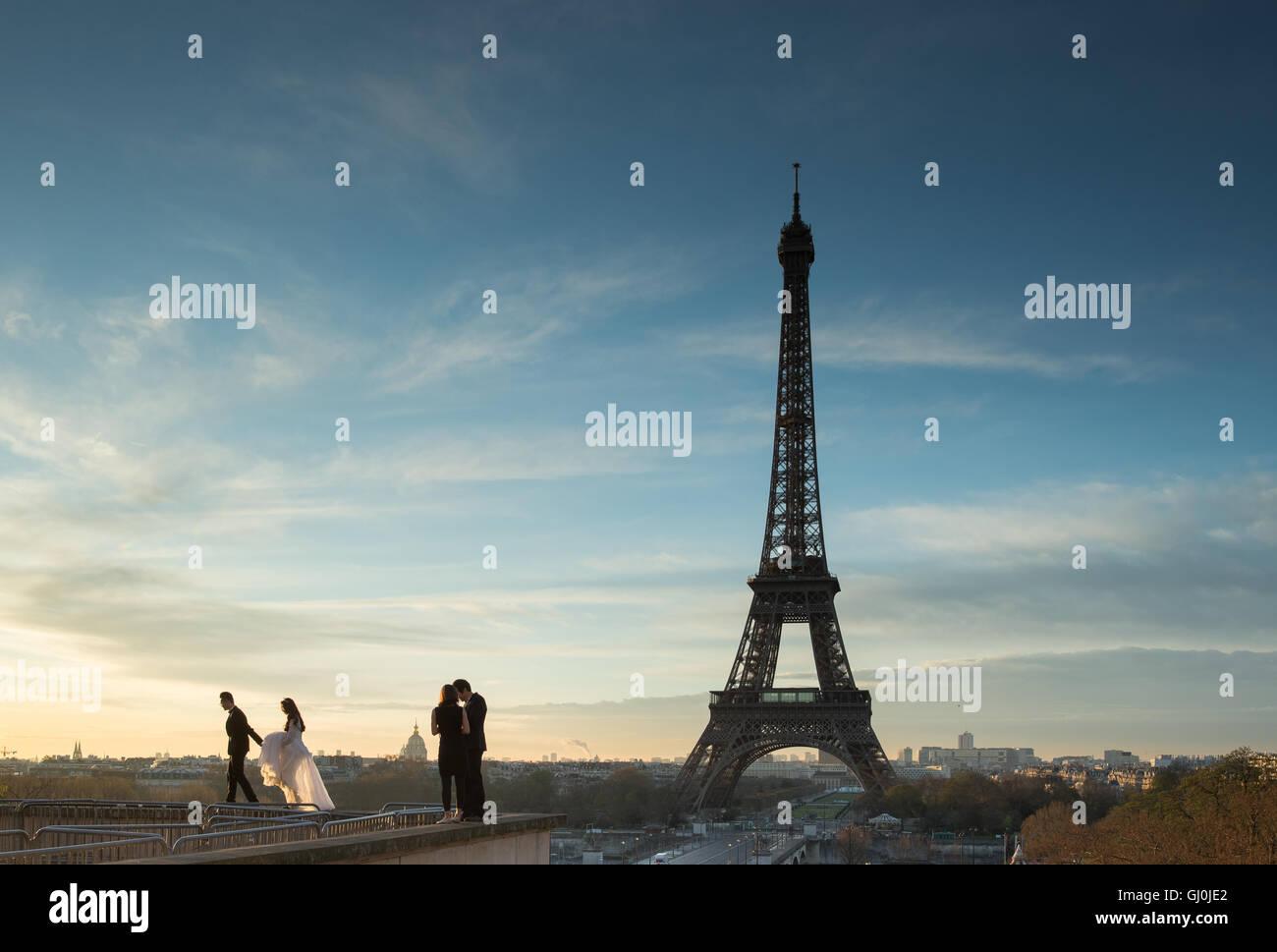 Hochzeitsfotografie in das Palais de Chaillot mit dem Eiffelturm als Kulisse, Paris, Frankreich Stockbild