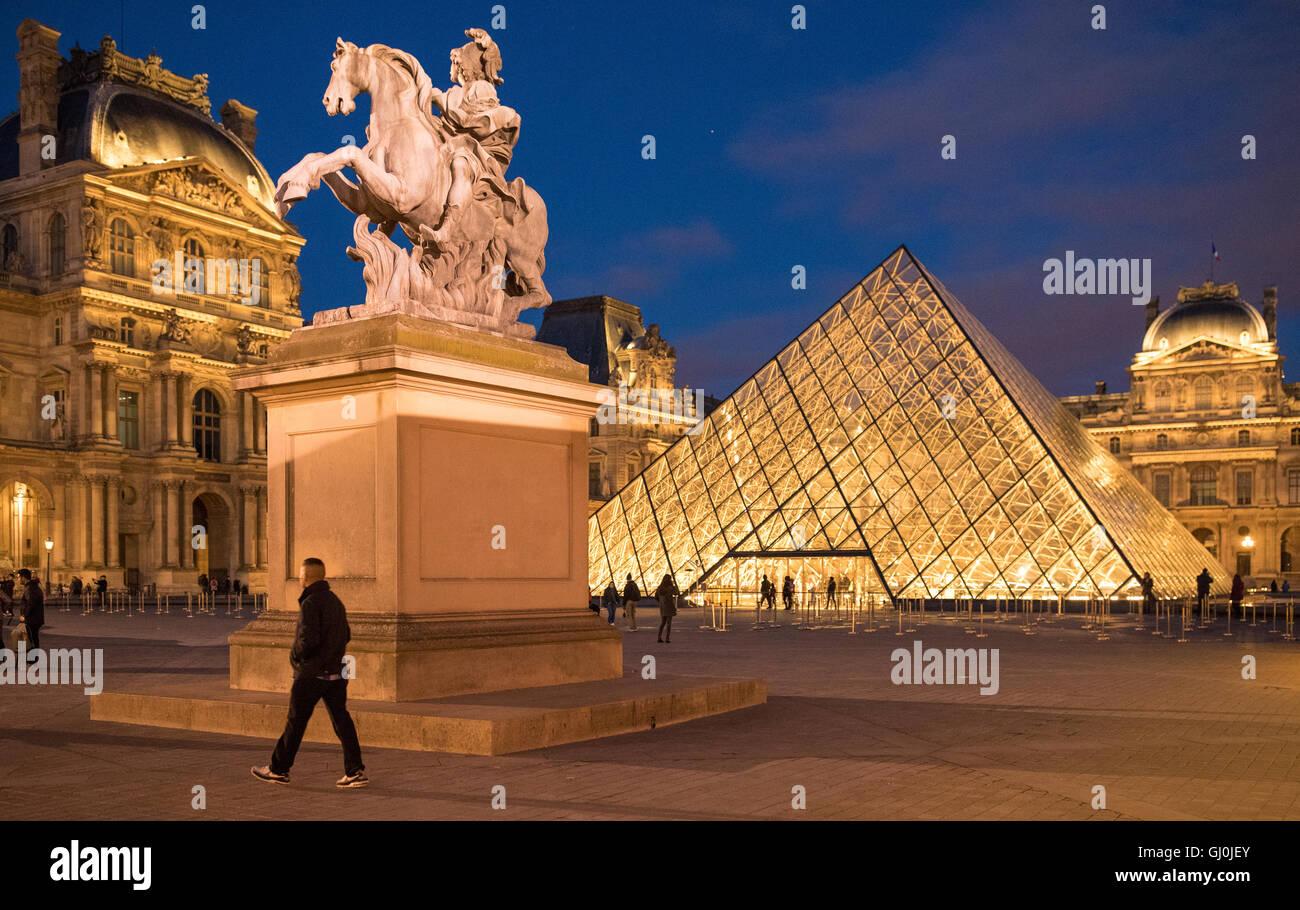 Palais du Louvre in der Abenddämmerung, Paris, Frankreich Stockbild