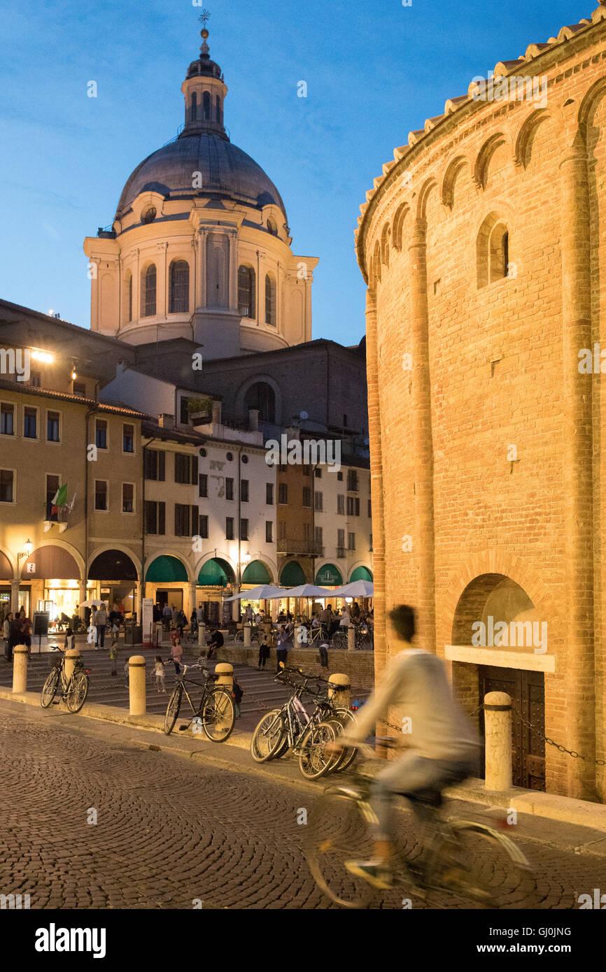 Radfahrer am Piazza Erbe, Rotonda di San Lorenzo & Basilika di Andrea Mantegna in Mantua (Mantova) in der Nacht, Stockbild