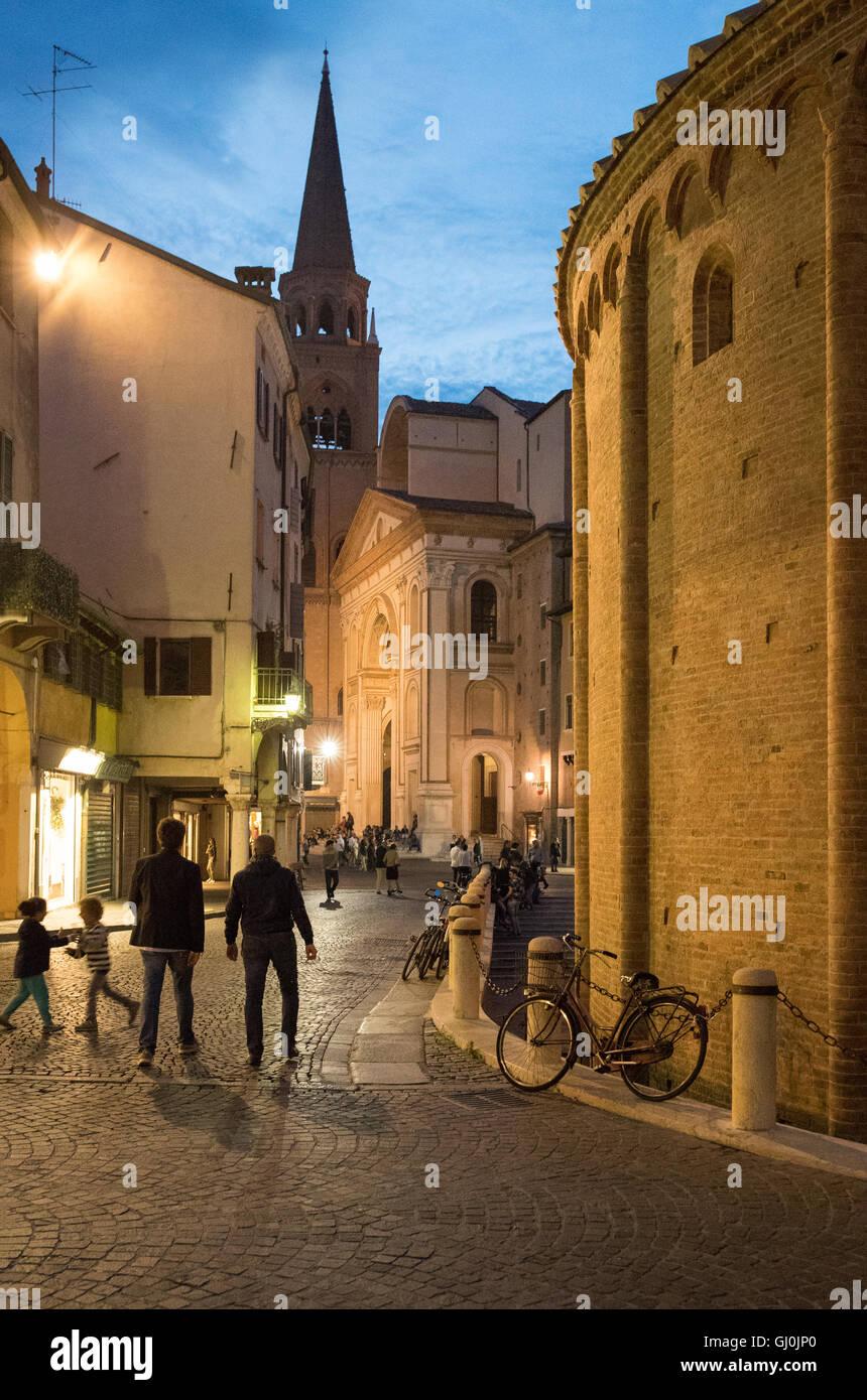 Piazza Erbe, Rotonda di San Lorenzo & Basilika di Andrea Mantegna in Mantua (Mantova) in der Nacht, Lombardei. Stockbild