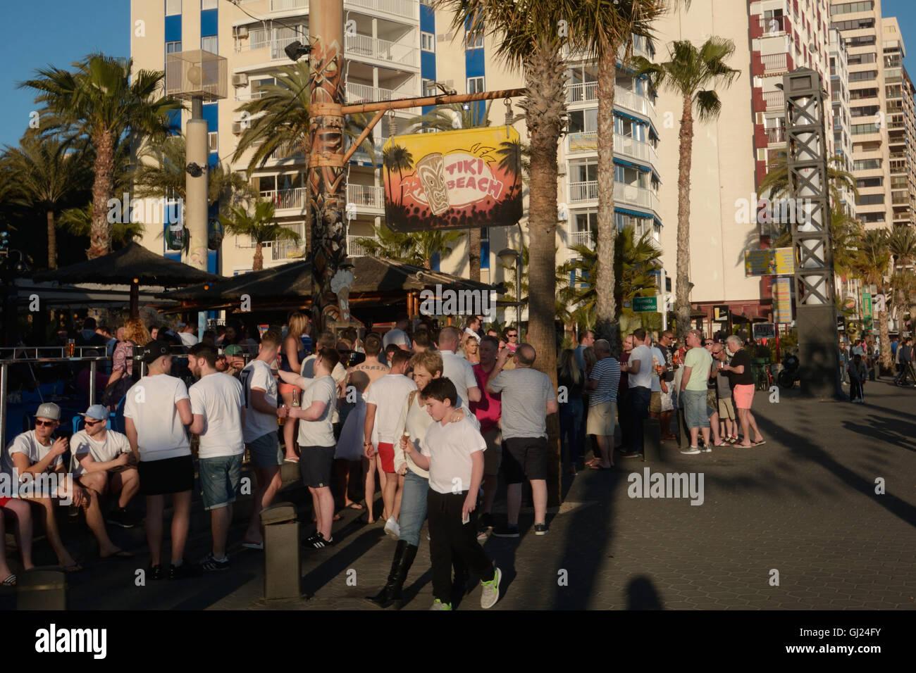 Spanien, Benidorm, junge Touristen trinken vor einer Bar in Levante Strand Stockbild
