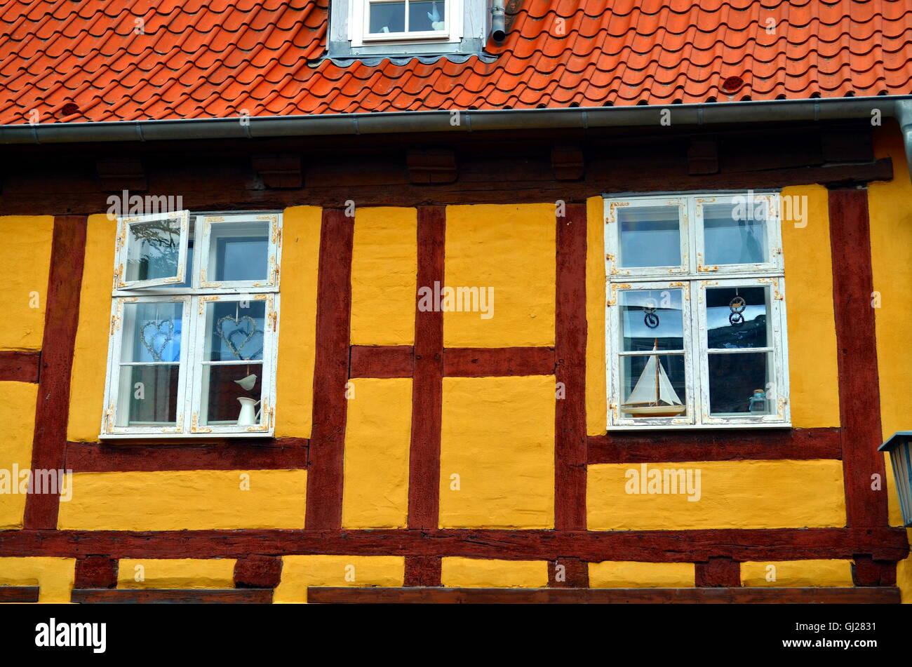 Fenster Von Einem Holzhaus Umrahmt Mit Mediterrane Dekoration