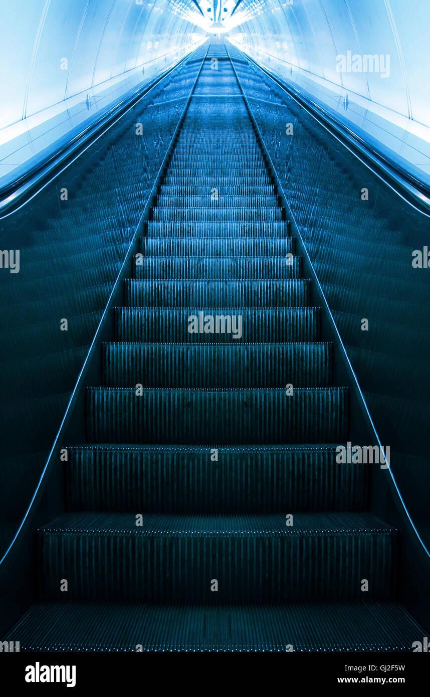 leere Rolltreppe hinauf - Erfolg Metapher Stockbild