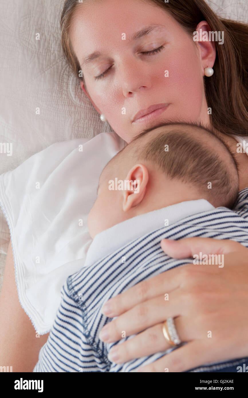 Babyjungen Schlafen Auf Mütter Brust Stockfoto Bild 114385110 Alamy