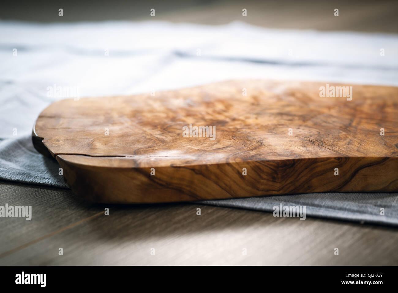 Holz Schneidebrett Olivenholz auf Blaue Tischdecke gemacht Stockbild
