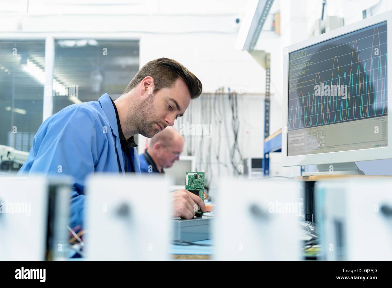 Bauteilprüfung in Platine Montage Fabrik Stockbild