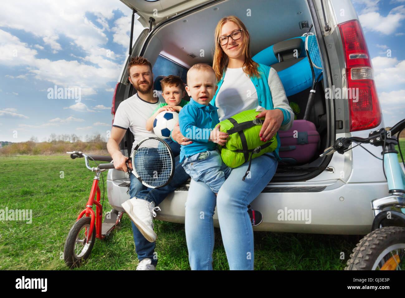 Glücklich sportliche Familie in den Sommerurlaub Stockbild
