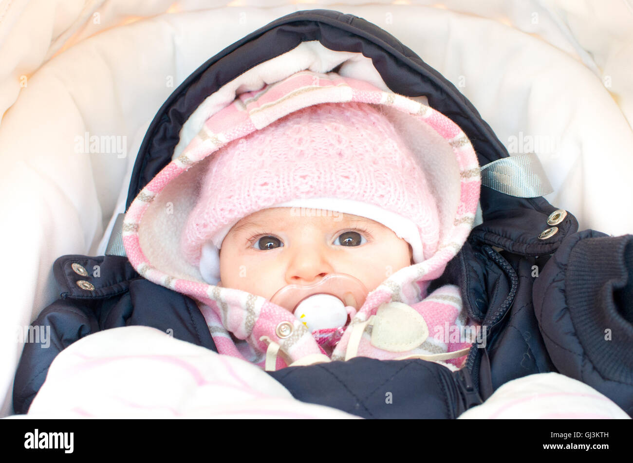 baby gekleidet f r den winter im kinderwagen stockfoto bild 114407457 alamy. Black Bedroom Furniture Sets. Home Design Ideas
