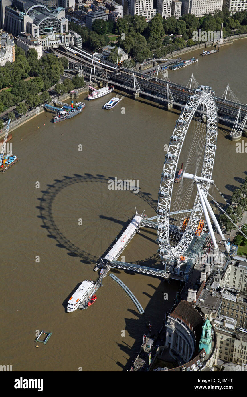 Luftaufnahme des London Eye oder British Airways Millennium Wheel am Ufer der Themse, UK Stockbild