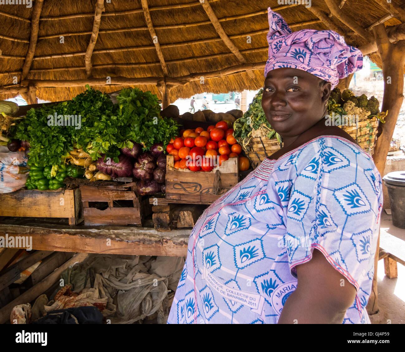 Frau verkaufen Gemüse in Bamako, Mali Stockbild