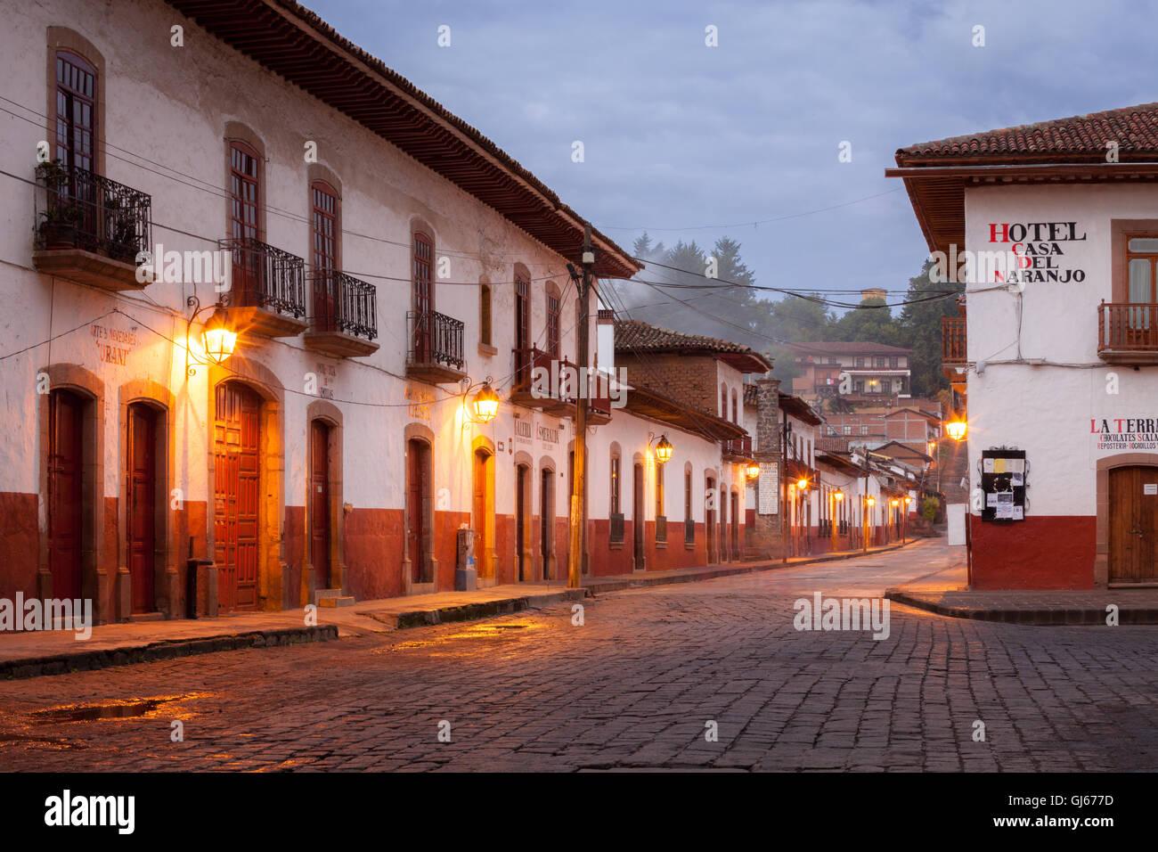 Ruhigen Straße im Morgengrauen in der Kolonialen Dorf von patzcuaro, Michoacán, Mexiko. Stockbild