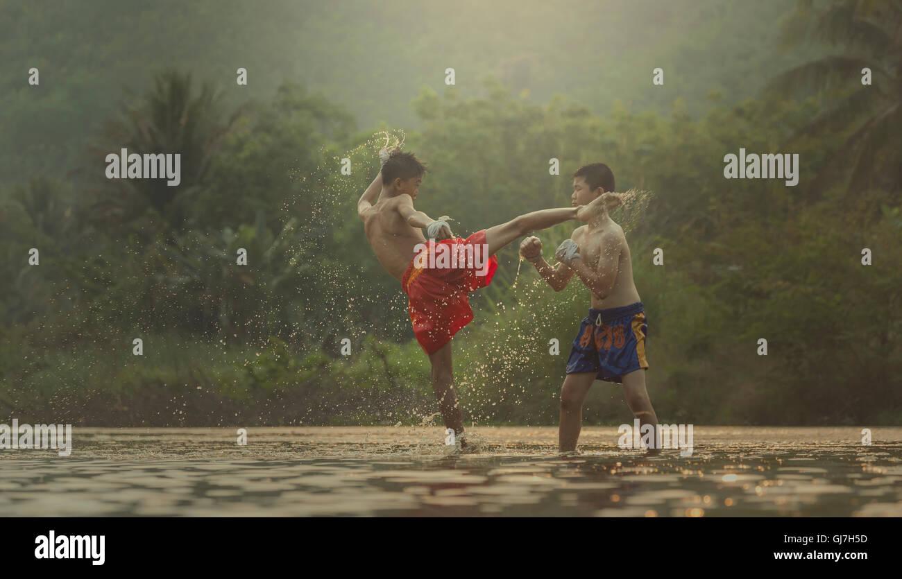 Aktion: Muay Thai im Freien auf den Fluss Hinweis Markierungen in Boxer-Shorts, Muay Thai ist ein Zeichen dafür, Stockbild