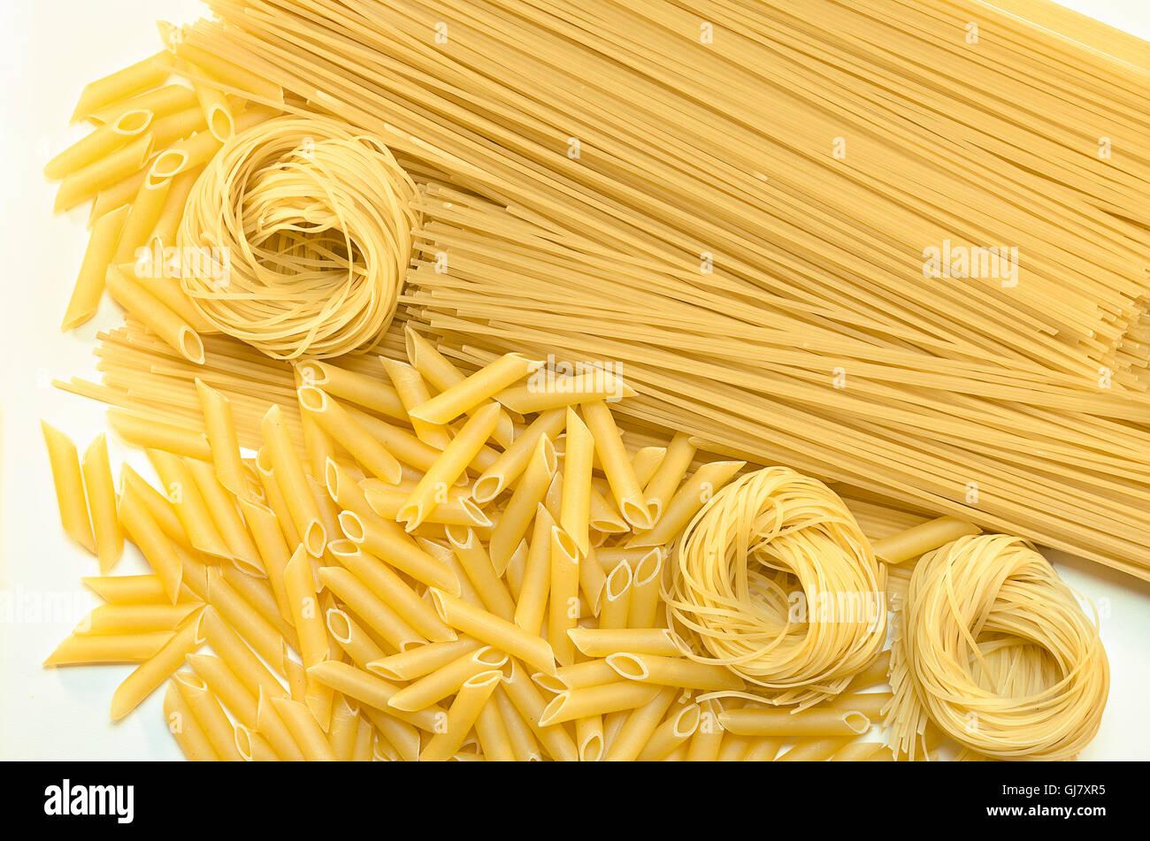 Verschiedene Pasta auf die weiße Fläche liegend Stockbild