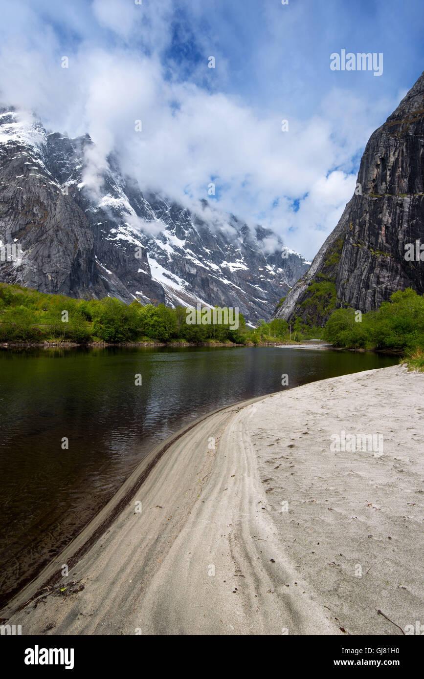 Frühling, Fluss, Berge, Strand, Wald, Romsdal, Norwegen, Europa Stockbild
