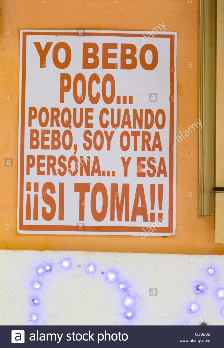 Offenen Tür Bar in Maceo Straße mit lustigen Zeichen. Alkoholische ...