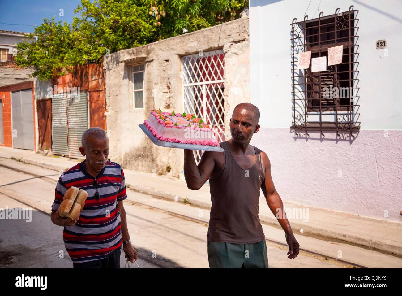 Eine kubanische tragen einen Kuchen auf der Straße in der Gemeinde von Regla, Havanna, Kuba. Stockbild