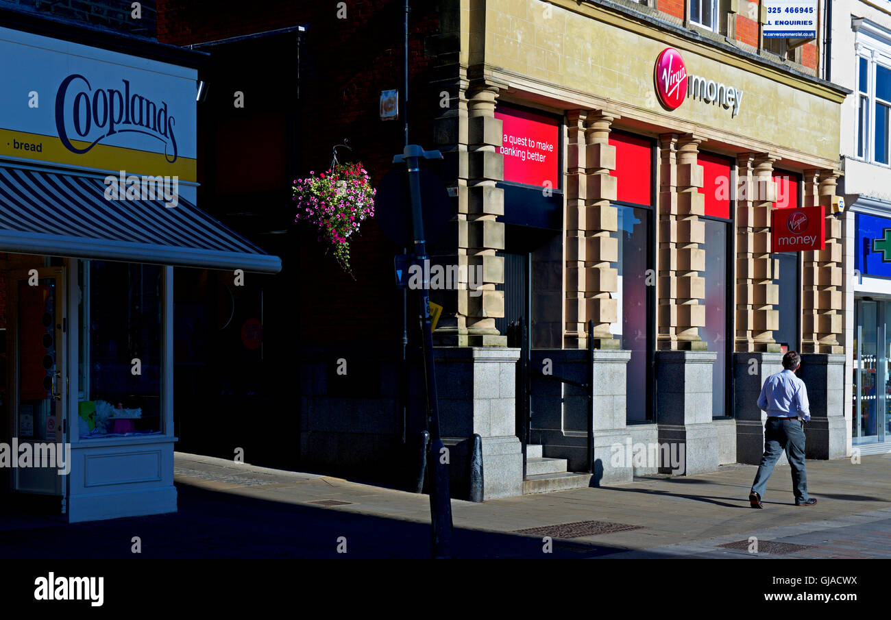 Mann zu Fuß vorbei an Zweig der Virgin Money, England UK Stockbild