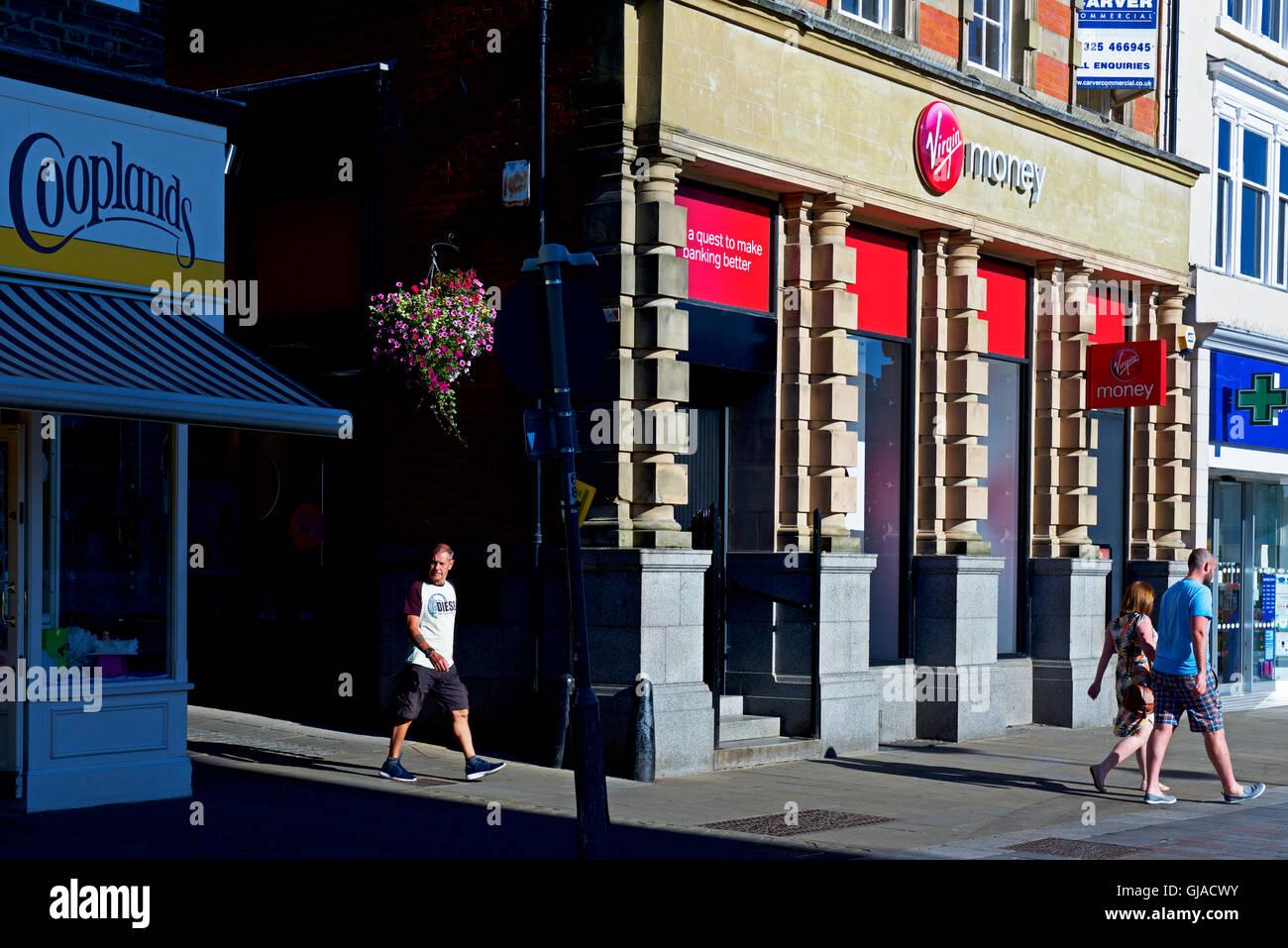 Menschen zu Fuß vorbei an Zweig der Jungfrau Geld, England UK Stockbild