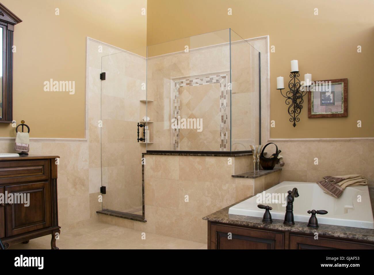Modernes Badezimmer Dusche Waschtisch Und Badewanne Stockfoto Bild