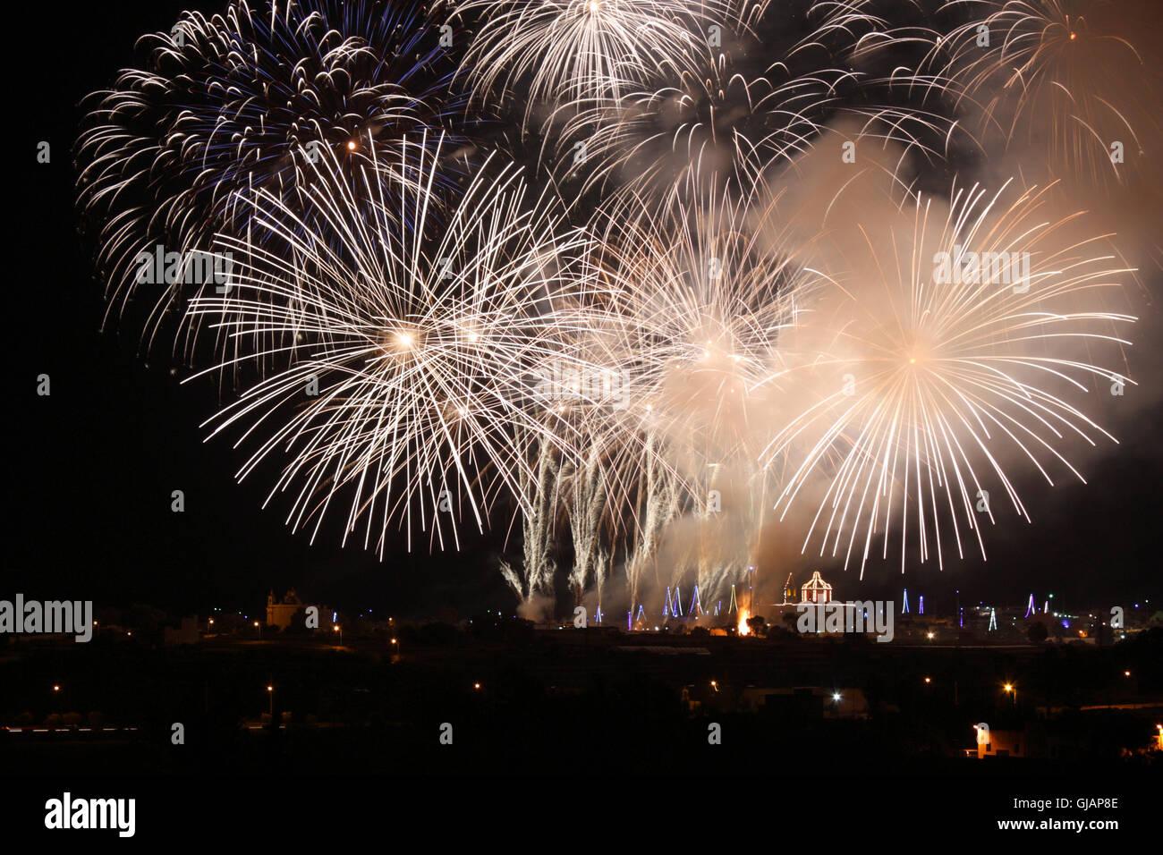Feuerwerk während des Festes Mariä Himmelfahrt Ghaxaq, Malta Stockbild