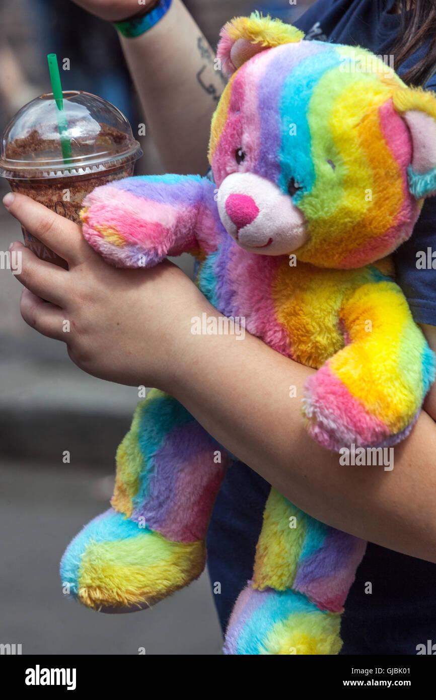 Teddybär in einem Regenbogen an Farben, Stolz, Prag, Tschechische ...