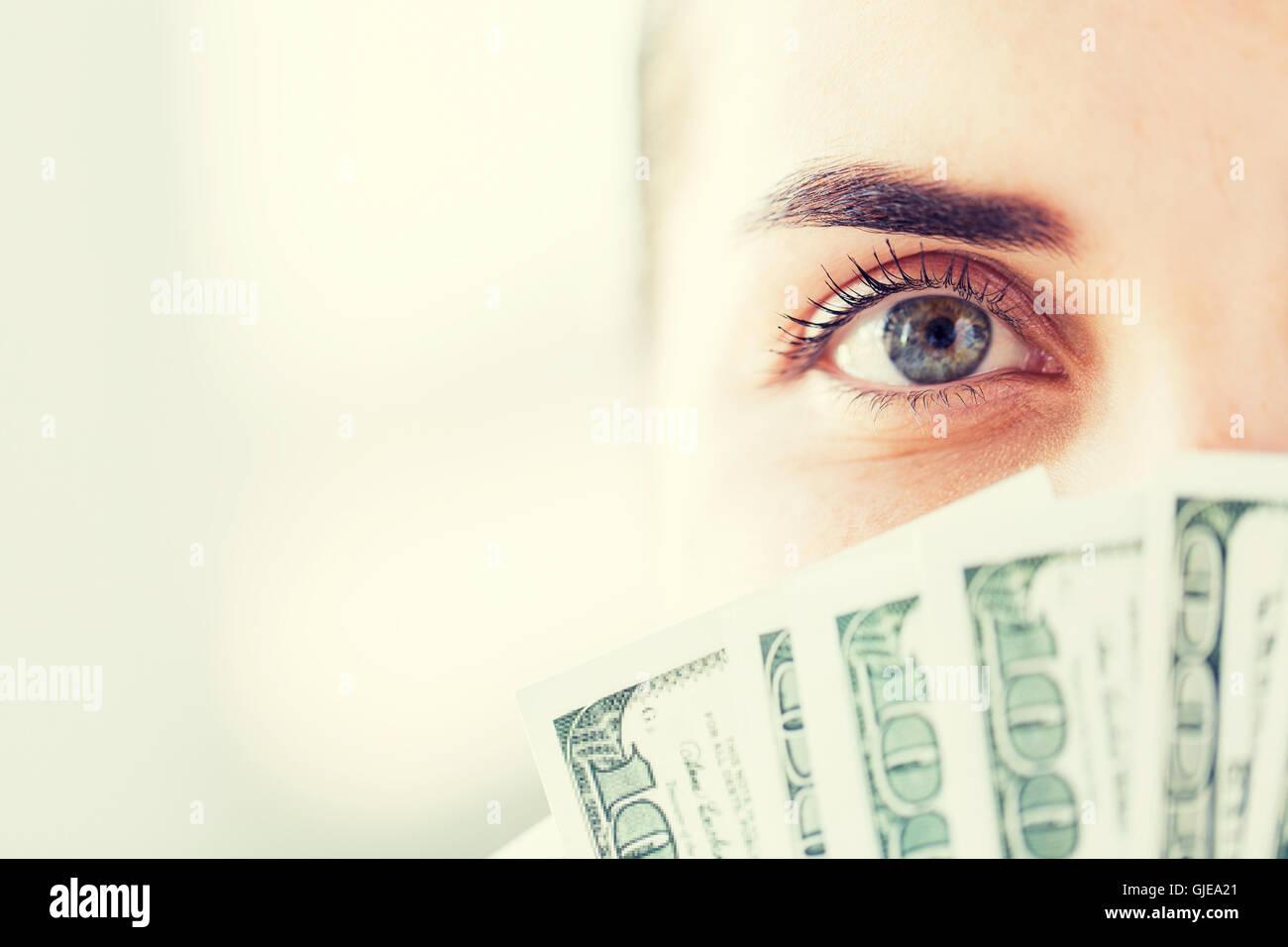 Frau verbirgt ihr Gesicht hinter uns Dollar Geld fan Stockbild