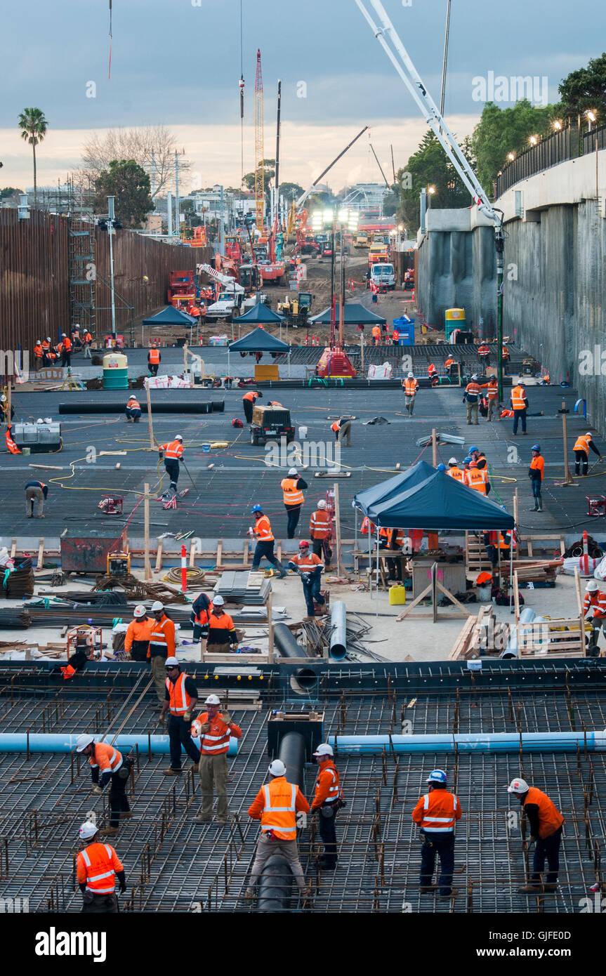 Bauarbeiten im Gange, Bahnübergänge auf s-Bahnlinien, Melbourne, Australien zu entfernen Stockbild