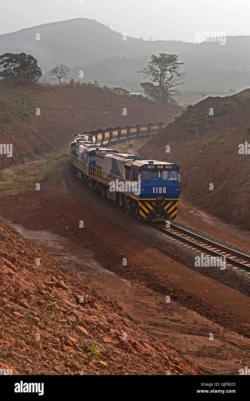 Schienenkopf Zugbetrieb auf Eisenerz Mine. Geladen mehr Zug auf neuen Schienen Schleife warten voll, bevor Sie für Stockbild