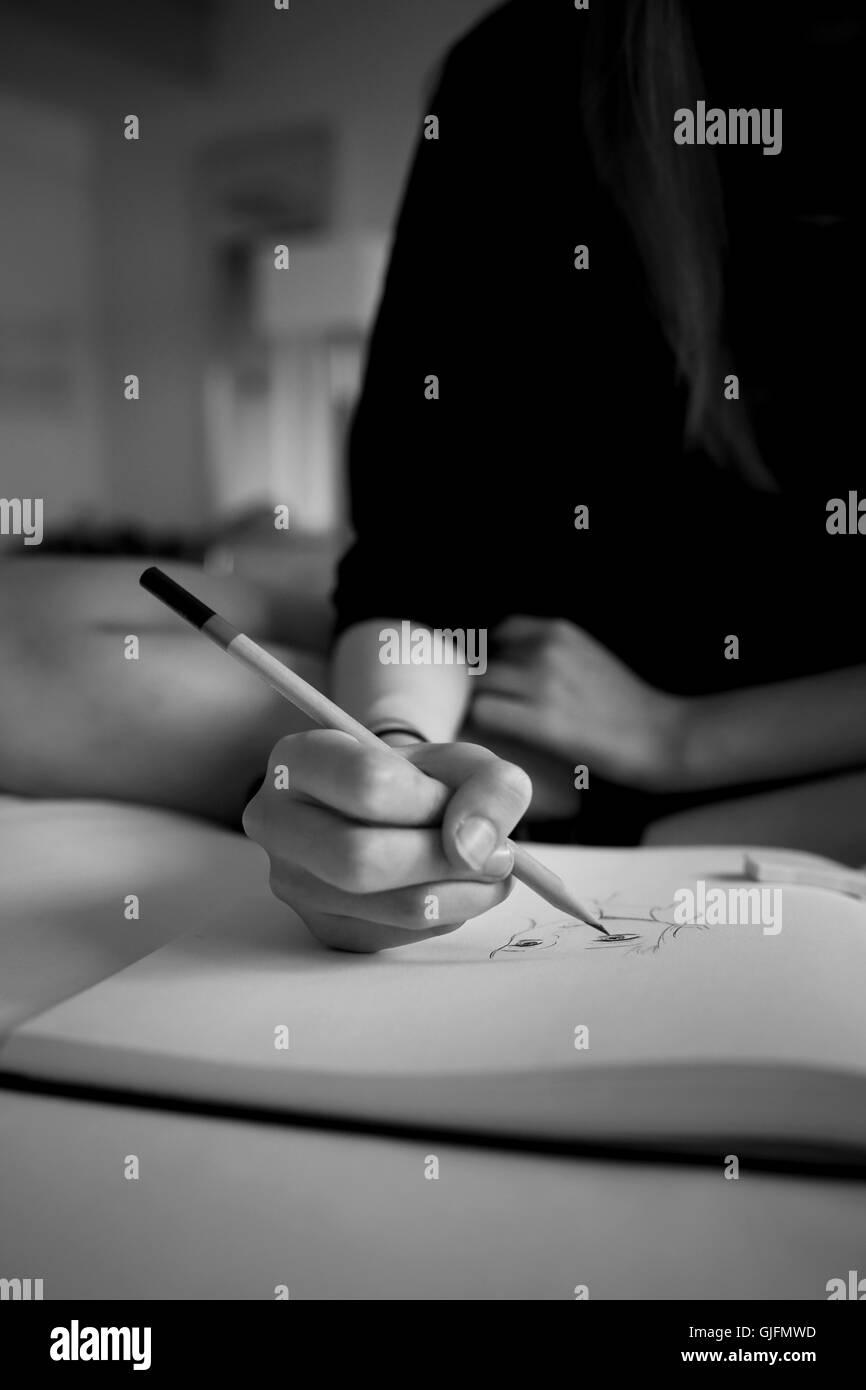 Ein Madchen Hand Halten Sie Einen Bleistift Und Zeichnen Ein Gesicht