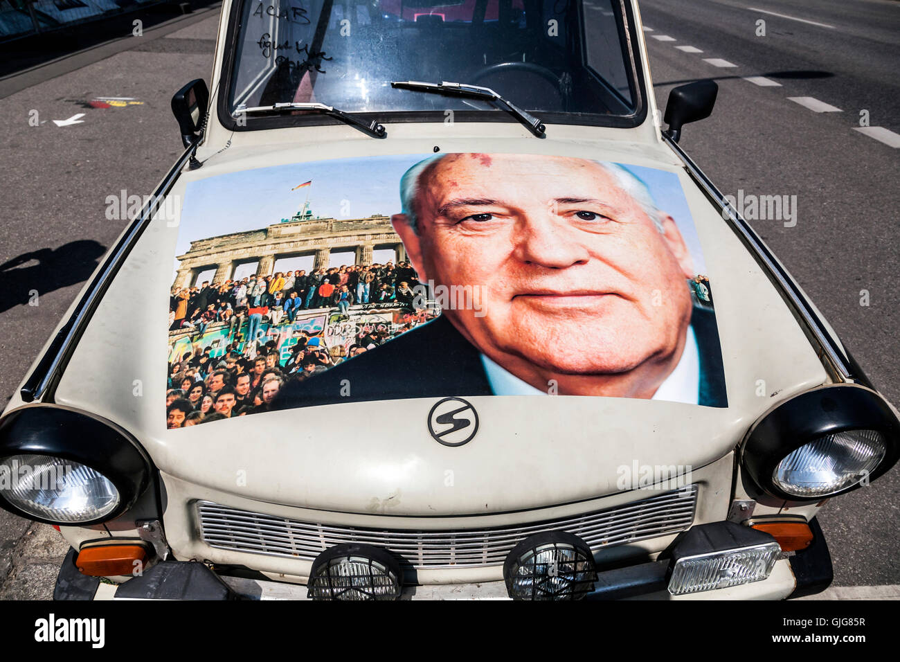 Detail von einem alten Trabant Auto mit einem Bild von Mikhail Gorbachev und dem Fall der Berliner Mauer auf der Stockbild