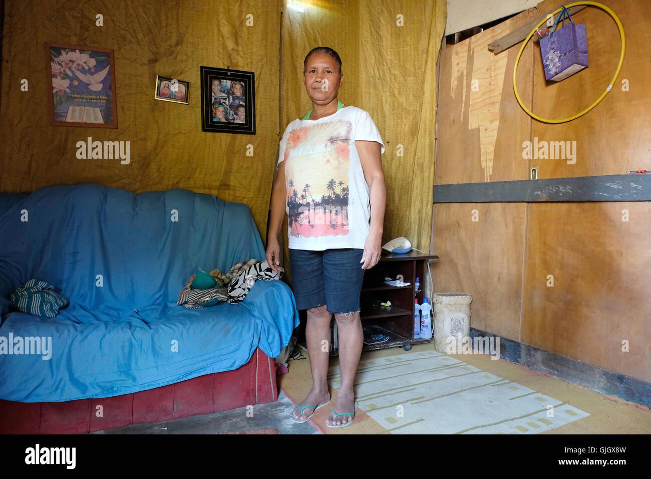 fdaaf032554ed0 Mara-Luisa in ihrer Baracke, wo sie mit ihren drei Kindern in einer  Siedlung in den Deponien Gramacho in Rio Den Janeiro, Brasilien, 13 Augsut  2016 lebt, ...