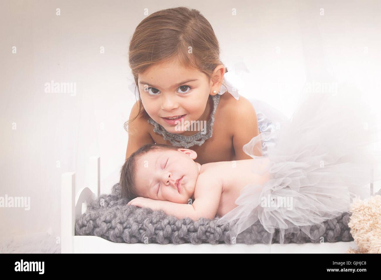 Porträt eines Mädchens mit Babyschwester Stockfoto