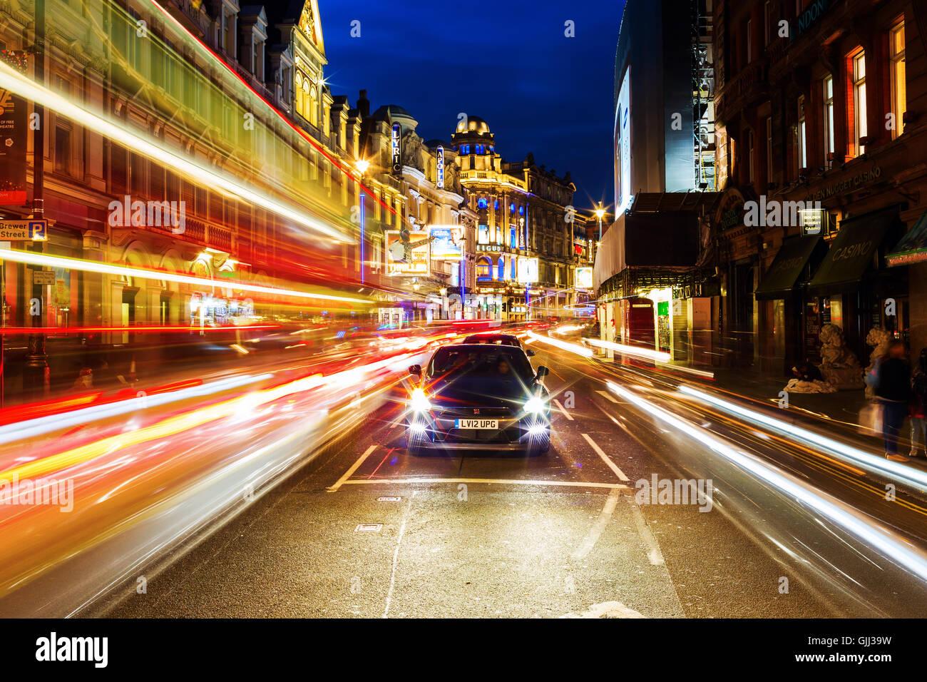 Shaftesbury Avenue in London, UK, in der Nacht Stockbild