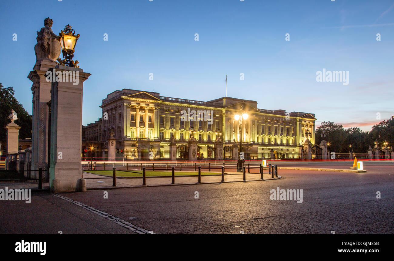 Buckingham Palast bei Nacht-London-UK Stockbild
