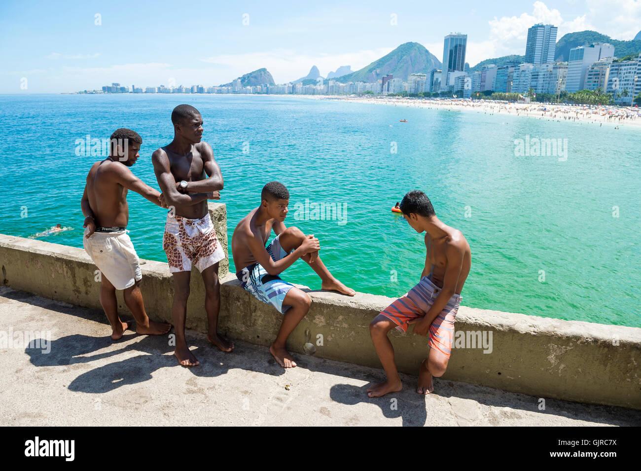 RIO DE JANEIRO - 27. Februar 2016: Junge Brasilianer versammeln, um von der Kante in Leme, am Ende der Copacabana Stockbild